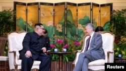 شمالی کوریا کے لیڈر کِم جونگ اُن سنگاپور کے وزیر اعظم لی سے ملاقات کر رہے ہیں