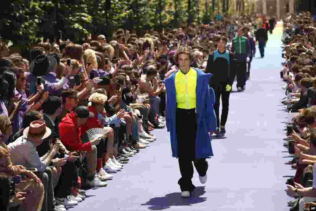 نمایش مجموعه لباس های مردانهبهاره- تابستانه ۲۰۱۹ مارک لوئی ویتان در هفته مد پاریس