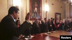 El presidente Nicolás Maduro dijo que con el nuevo gabinete busca enfrentar la grave crisis económica que atraviesa Venezuela. El nuevo gabinete juramentó un día después que se instaló la nueva Asamblea Legislativa con mayoría opositora, con 112 de 167 escaños.