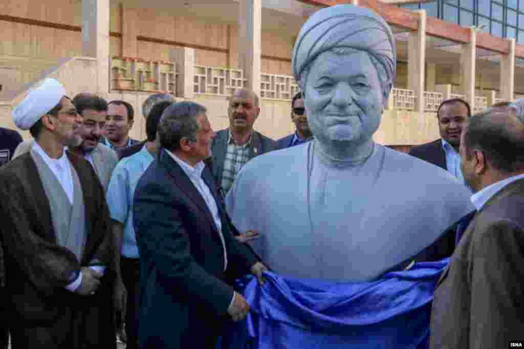 مراسم رونمایی از تندیس اکبر هاشمی رفسنجانی در دانشگاه آزاد مشهد. او یکی از بنیانگذاران این دانشگاه بود. عکس: صادق حاتمی
