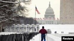 美國聯邦政府停擺每天都在刷新紀錄﹐圖為1月14日有民眾在通往國會路上滑冰。
