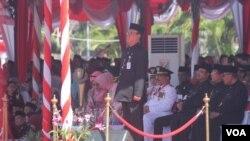 Menteri Dalam Negeri Tjahjo Kumolo saat menjadi Inspektur Upacara Hari Jadi Provinsi Jawa Timur ke 72 Tahun di halaman Tugu Pahlawan, Surabaya, Kamis, 12 Oktober 2017. (Foto: VOA/Petrus Riski).
