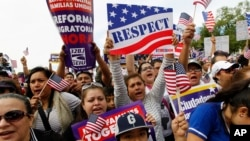 Nuevo informe revela que los hispanos y asiáticos están más preocupados por conseguir permiso de trabajo y freno a las deportaciones para los indocumentados.
