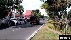 سماٹرا میں پولیس ہیڈکوارٹر پر حملے کے بعد پولیس کی ایک گاڑی سڑک سے گزر رہی ہے۔