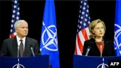 """Bộ trưởng Gates và Ngoại trưởng Clinton nói họ lạc quan hơn về cái gọi là """"tiến trình tái hội nhập"""", một nỗ lực nhằm đưa chiến binh Taliban cấp thấp rời bỏ chiến trường, bằng cách thi hành nhiều biện pháp khích lệ"""