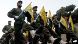 Para pejuang kelompok militan Hizbullah Lebanon (foto: dok). Arab Saudi menilai sikap permusuhan Lebanon merupakan akibat cengkeraman Hizbullah terhadap negara itu.