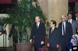 1991年11月15日,(从左到右)美国国务卿贝克、中国外长钱其琛、美国驻华大使芮效俭走入会议室。