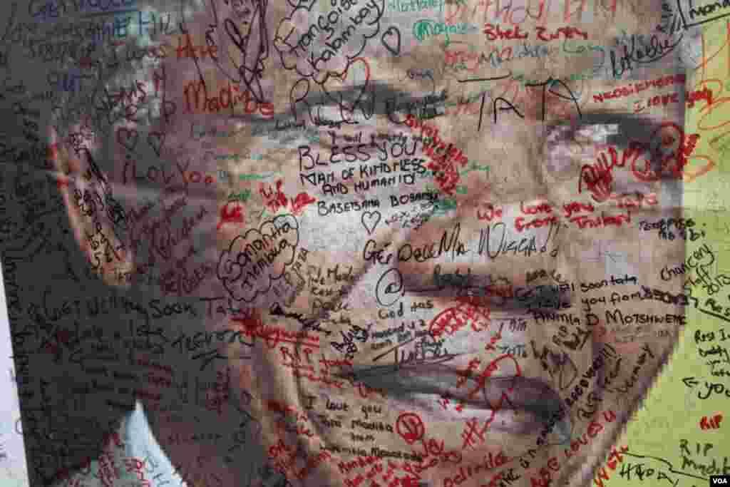 افریقیوں کی نیلسن منڈیلا کے پوسٹر پر خراج تحسین کی عبارات اور دستخط