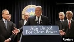 Mantan wakil presiden AS, Al Gore, berbicara di konferensi pers mengenai upaya negara-negara bagian mengatasi perubahan iklim (29/3). (Reuters/Mike Segar)