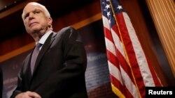 El voto clave para bloquear la iniciativa fue el del senador republicano por Arizona, John McCain, que regresó a la cámara esta semana tras ser diagnosticado con un tumor cerebral.