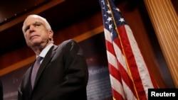 លោក John McCain សមាជិកព្រឹទ្ធសភាអាមេរិកនៃគណបក្សសាធារណៈរដ្ឋ។