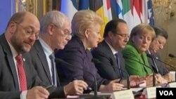 Tổng thống Pháp Francois Hollande (thứ ba từ phải qua) chủ trì Hội nghị Thượng đỉnh về Tình trạng Thất nghiệp của Thanh thiếu niên tại Paris, 12/11/2013.