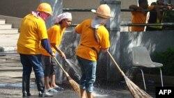 Công nhân bắt đầu dọn dẹp khu vực bị phe Áo đỏ chiếm cứ ở khu thương mại chính của Bangkok suốt 10 tuần qua