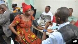 Mutane na jira domin bada gudunmawar jini ga wadanda harin ya ritsa dasu a Abuja.