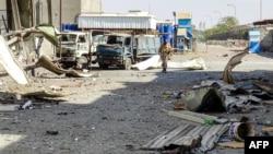 Seorang anggota pasukan pro-pemerintah Yaman berjalan di distrik industri, pinggiran timur kota pelabuhan Hodeida yang hancur, 18 November 2018, saat berlangsungnya pertempuran untuk menguasai kota dari pemberontak Huthi. (Foto: dok).