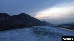 지난해 3월 중국 접경도시 투먼에서 얼어붙은 두만강 너머로 촬영한 북한 지역. (자료사진)