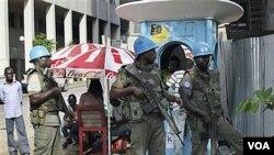 Pasukan penjaga perdamaian PBB berjaga-jaga di jalanan ibu kota, Abidjan, Rabu, 22 Desember 2010.