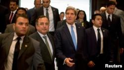 존 케리 미국 국무장관(가운데 오른쪽)이 3일 카이로에서 나빌 파미 이집트 외무장관(가운데 왼쪽)과 공동 기자회견장에 입장하고 있다.