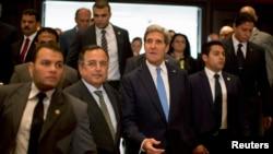 Ngoại trưởng Mỹ John Kerry Walks và Ngoại trưởng Nabil Fahmy Ai Cập (thứ hai từ bên trái) trong cuộc họp báo chung tại Cairo, ngày 3/11/2013.
