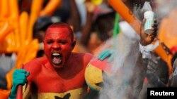 Mshabiki wa Ghana akishangilia ushindi wa timu yake Ijumaa