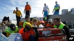来自西班牙的救援人员在菲律宾的塔克洛班机场卸下救援物资, 2013年11月17日。(资料图片)