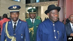 Nigeria's President Goodluck Jonathan (R) is accompanied by local guards as he leaves the 17th African Union Summit, at Sipopo Conference Center, outside Malabo, Equatorial Guinea, July 1, 2011 (file photo)