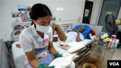 Seorang perawat dengan pasien HIV/AIDS di panti AIDS, Phra Baht Nam Phu, dekat Lopburi, Thailand (foto: dok).