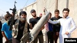 Hukumat olib borgan havo hujumlaridan keyingi manzara, Raqqa viloyati, Suriya