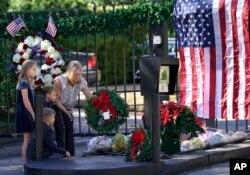 مردم مقابل اقامتگاه پرزیدنت بوش در هیوستون تگزاس گل برای احترام می گذارند.