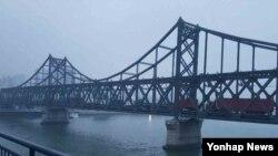북중교역 거점인 중국 단둥에서 최근 양측 교역이 늘어나는 등 중국의 대북제재가 일부 이완 조짐을 보이고 있다. 사진은 지난 14일 해 질 무렵 북한 신의주로 짐을 싣고 간 중국 트럭들이 중조우의교(조중친선다리)를 건너 줄지어 단둥으로 돌아오는 모습.