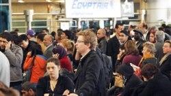 مسافران خارجی در فرودگاه بین المللی قاهره منتظر خروج هستند. ۳۱ ژانویه ۲۰۱۱