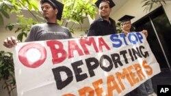 Jóvenes indocumentados durante una manifestación pidiendo el fin de las deportaciones.