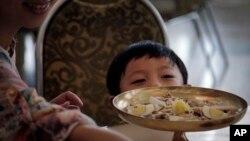 Một bé trai đang háo hức chờ ăn món mỳ trong một nhà hàng ở Bình Nhưỡng.