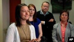 Michelle Wilkins, à gauche, s'adresse aux journalistes, aux côtés de sa sœur Sarah, deuxième à gauche, et de leur père Mark et mère Wendy, après l'audience du verdict contre Dynel Lane, au Centre de justice du comté de Boulder, à Boulder, Colorado, 29 avr
