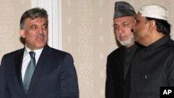 ئاسف زهرداری سهرۆکی پاکستان و حامید کارزای سهرۆکی ئهفغانسـتا و عهبدوڵڵا گول سهرۆکی تورکیا له میانهی کۆبوونهوهی لوتکهیی له ئستهنبوڵ، ههینی 24 ی دوازدهی 2010