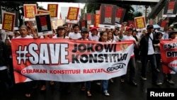 Protesters call on Indonesian President Joko Widodo to inaugurate General Budi Gunawan, who was last month named a corruption suspect, as national police chief during a march in Jakarta, Feb. 11, 2015.