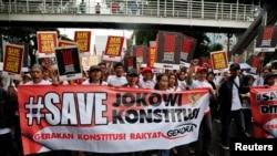 ໃນລະຫວ່າງການເດີນຂະບວນ ພວກປະທ້ວງຮຽກຮ້ອງໃຫ້ ປະທານາທິບໍດີ Joko Widodo ແຕ່ງຕັ້ງ ນາຍພົນ Budi Gunawan ຜູ້ທີ່ໄດ້ຖືກກຳມາທິການ KPK ລະບຸຊື່ວ່າເປັນຜູ້ຕ້ອງສົງໄສ ໃນການສໍ້ລາດບັງຫລວງນັ້ນ ໃຫ້ເປັນຜູ້ບັນຊາການຕຳຫລວດ ໃນນະຄອນຫລວງ Jakarta, ວັນທີ 11 ກຸມພາ 2015.
