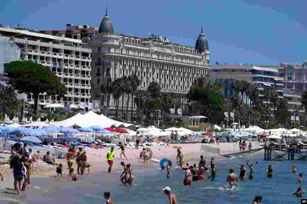 ساحل مقابل هتل کارلتون در آستانه هفتاد و چهارمین جشنواره بینالمللی کن، در جنوب فرانسه