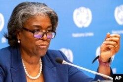 اقوام متحدہ کے لیے امریکی سفیر لنڈا گرین فیلڈ نیویارک میں ایک پریس کانفرنس میں نامہ نگاروں کے سوالوں کا جواب دے رہی ہیں۔ یکم مارچ 2021