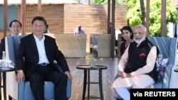 印度總理納莫迪(右)和中國國家主席習近平在印度金奈郊區瑪瑪拉普蘭會面時合影(2019年10月12日)。
