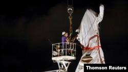 拆卸人员移除伊利诺伊州芝加哥市格兰特公园的哥伦布像。(2020年7月24日)