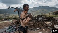 Seorang anggota pasukan khusus Afar yang pro pemerintah, siap berperang melawan pemberontak Tigray di Ethiopia (foto: dok).
