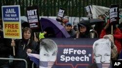 Des partisans brandissent des pancartes et des banderoles lors d'une manifestation contre l'extradition du fondateur de Wikileaks, Julian Assange, devant le Belmarsh Magistrates Court à Londres, le lundi 24 février 2020. (AP)