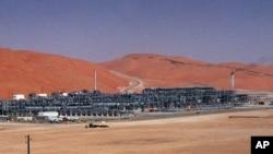 Kilang pengolahan yang memisahkan gas dari minyak mentah tampak di lapangan minyak Shaybah milik Saudi Aramco, di padang pasir Rub al-Khali.