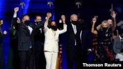 Joe Biden (D) y Kamala Harris (I) celebran la victoria juntos a sus respectivas parejas Jill Biden y Doug Emhoff en Wilmington, Delaware, el 7 de noviembre de 2020.