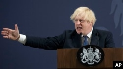 Perdana Menteri Inggris, Boris Johnson di Coventry, Inggris, 15 Juli 2021. (David Rose/Pool Photo via AP)