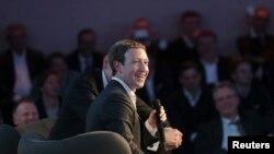 CEO Facebook Mark Zuckerberg berbicara pada upacara Axel Springer Award. Berlin, 25 Feb. 2016. REUTERS/Kay Nietfeld/Pool