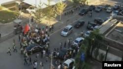 Обезбедување го опколи возилото на американскиот амбасадор Гари Лок откако антијапонски демонстранти во Пекинг се обидоа да го спречат да влезе во Амбасадата.