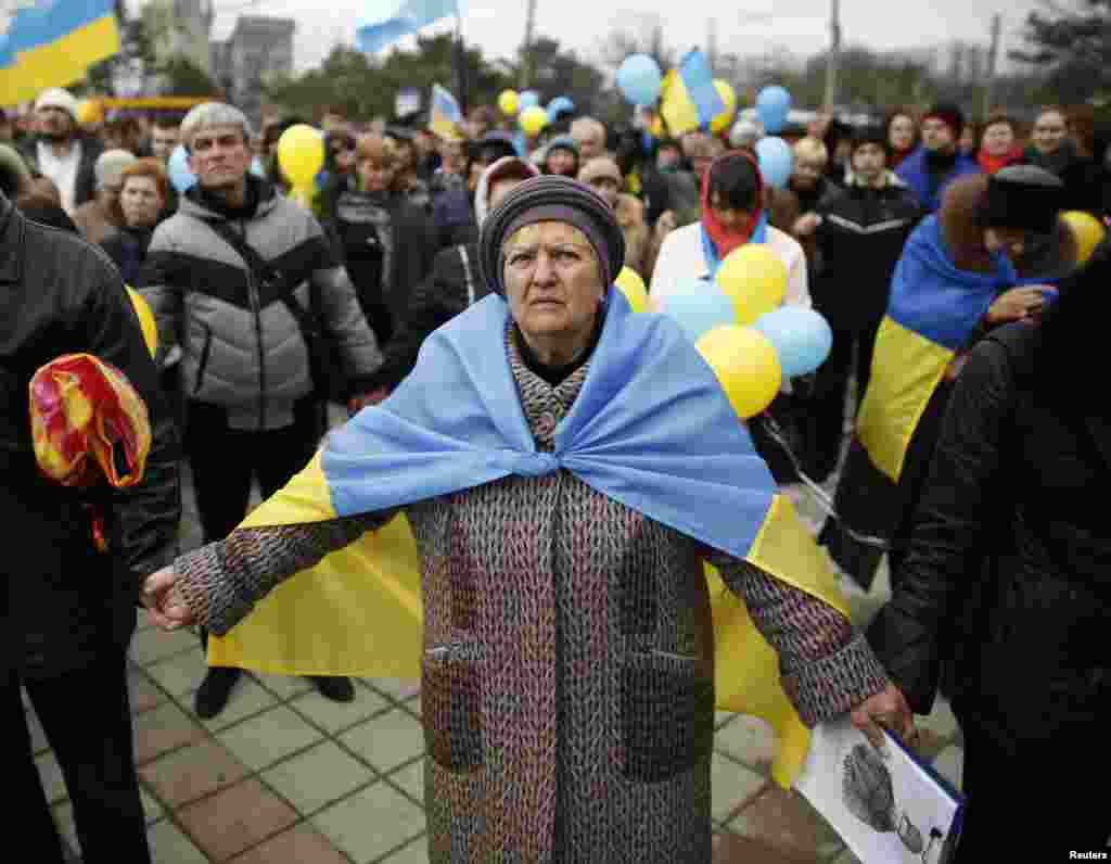 Pro-Ukrainian supporters join hands as they take part in a rally in Simferopol, Crimea, March 9, 2014.