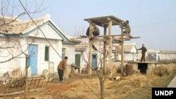 북한 약수협동농장 농장원들이 유엔개발계획(UNDP) 지원으로 온수 생산을 위한 태양전지판을 설치하고 있다. UNDP 제공.